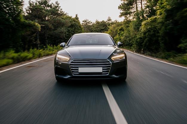 Auto sportiva di lusso con luci allo xeno. vista frontale.