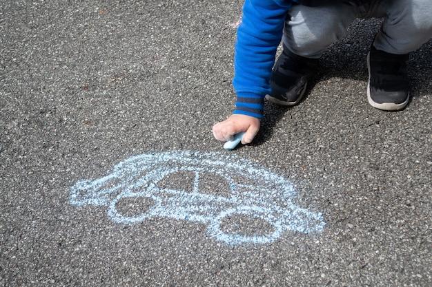 Auto su asfalto, pittura con gessi colorati.