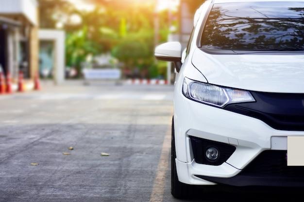 Auto su strada, auto parcheggiata su strada, auto e luce solare