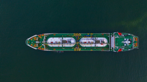 Autocisterna gpl vista aerea superiore, trasporto logistico di importazione ed esportazione di petrolio e gas.