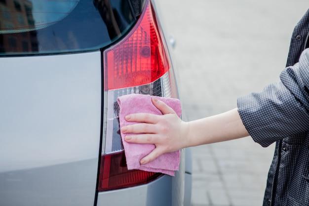 Autolavaggio con schiuma nella stazione di autolavaggio. autolavaggio. lavatrice alla stazione. concetto di lavaggio auto. auto in schiuma