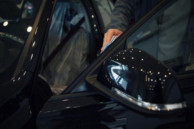 Autolavaggio. dettaglio della macchina nel primo piano di schiuma. la superficie della macchina