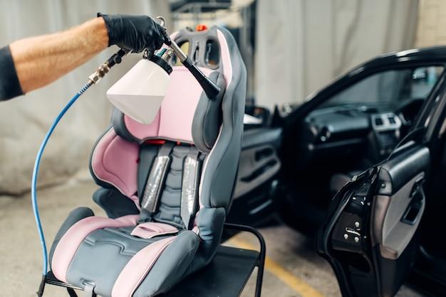 Autolavaggio, rimozione di polvere e sporco dal seggiolino per bambini