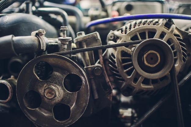 Automobile con il cappuccio aperto nell'officina riparazioni automatica.