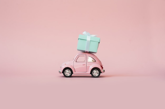 Automobile di modello del giocattolo dentellare retro che consegna il contenitore di regalo su priorità bassa dentellare
