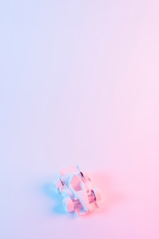 Automobile dipinta di formula 1 contro fondo rosa con copyspace