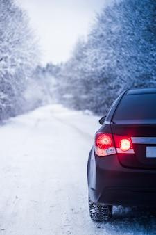 Automobile in inverno in natura fuori città. foto di neve. neve sulla strada. strada invernale.