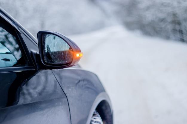 Automobile in inverno in natura fuori città. neve sulla strada. strada invernale.