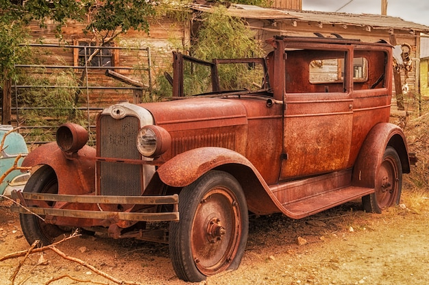 Automobile marrone abbandonata arrugginita in hackberry, arizona, usa