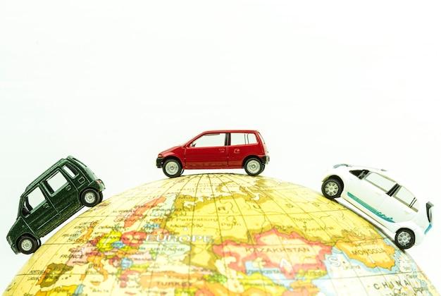 Automobile miniatura intorno alla fine del globo in su.