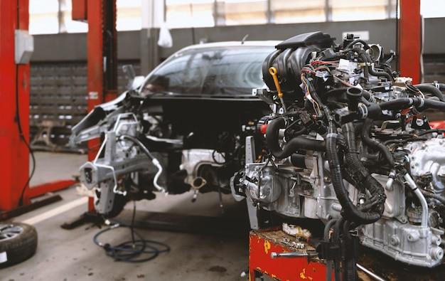 Automobile nel centro di servizio di riparazione dell'automobile con il fuoco molle e sopra luce nella parete