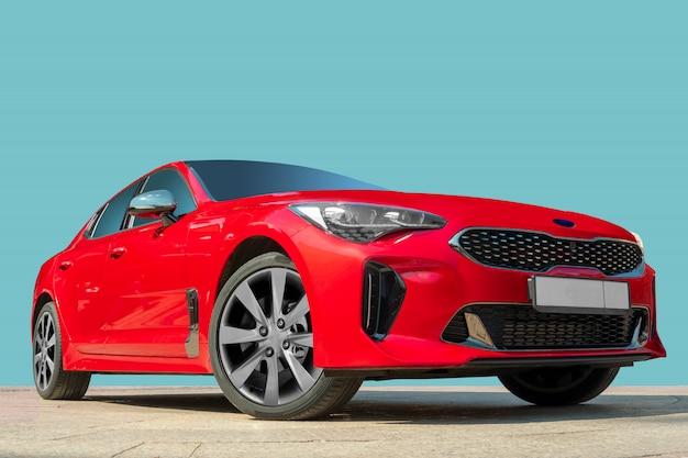 Automobile rossa su una priorità bassa blu.