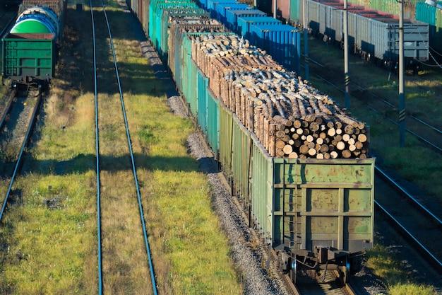Automobili con tronchi alla stazione ferroviaria. san pietroburgo, russia, 2016