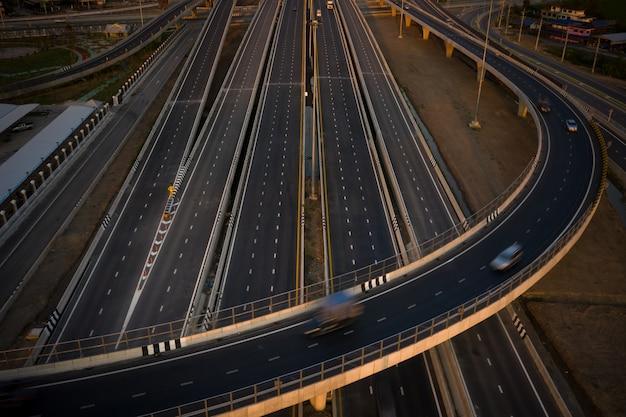 Automobili del movimento di esposizione lunga sullo scambio industriale in tailandia