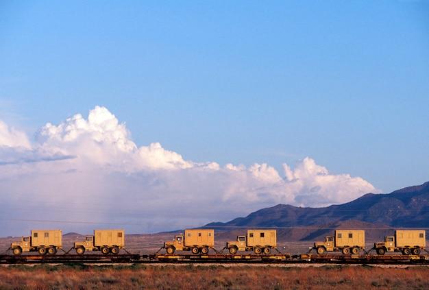 Automobili di treno a base piatta che trasportano camion, arizona