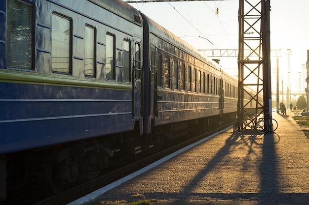 Automobili ferroviarie passeggeri sovietiche sulla piattaforma della stazione.