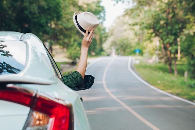 Autostop man.tourist autostop seduto in macchina sulla strada