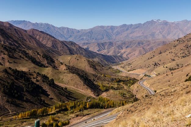 Autostrada a-373 tashkent-osh, passo kamchik, uzbekistan