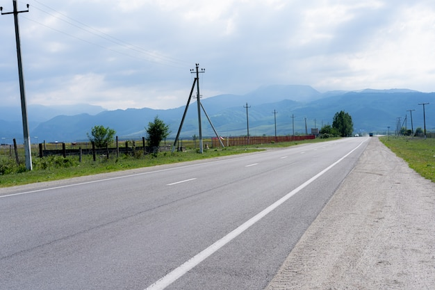 Autostrada con montagne