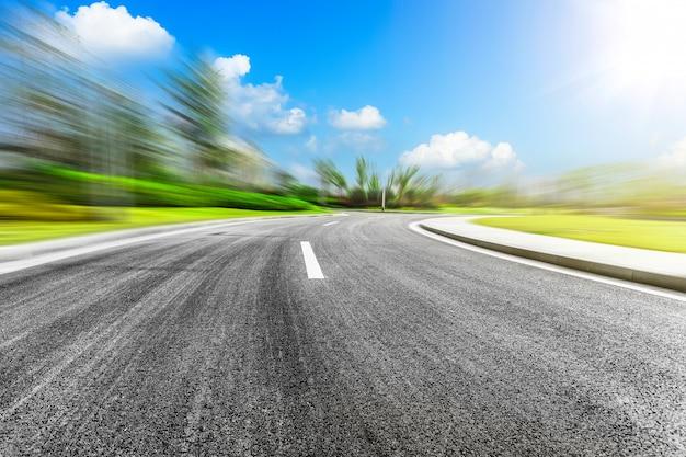 Autostrada curva e cielo blu