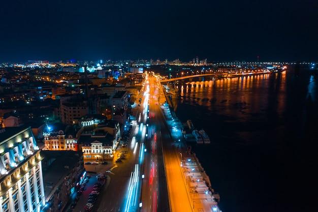 Autostrada di notte nella città moderna