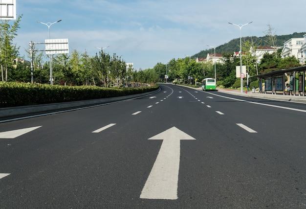 Autostrada e foreste lussureggianti all'aperto, qingdao, cina