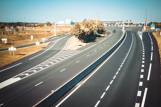 Autostrada miltilane con un punto di pagamento del pedaggio