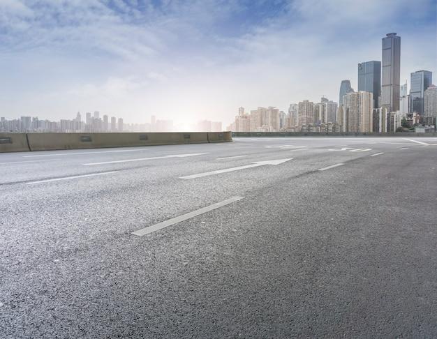 Autostrada senza pedaggio di prospettiva in avanti del paese
