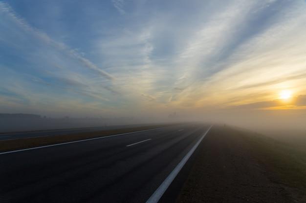 Autostrada senza pedaggio e un'auto nella nebbia