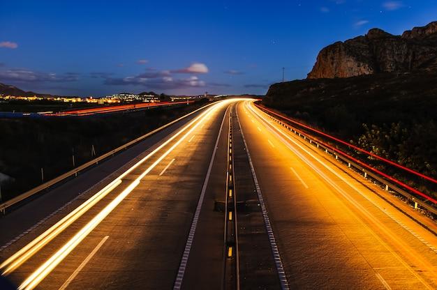 Autostrada senza pedaggio vuota di notte con lunga esposizione