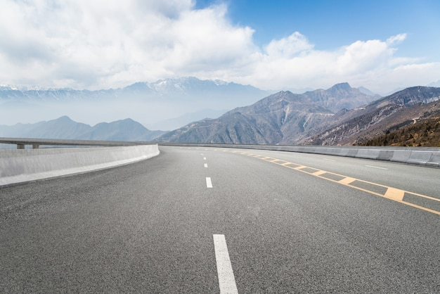 Autostrade vuote e montagne lontane