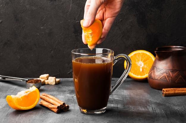 Autunno bevanda di caffè con succo d'arancia e crema