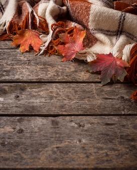 Autunno con plaid e foglie
