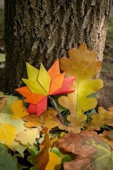 Autunno concetto sfondo tradizionale carta artigianale origami fatti a mano foglie di acero cadute natura immagine di backround colorato perfetto per l'uso stagionale su albero