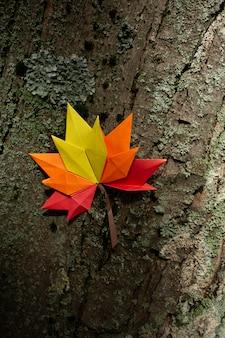 Autunno concetto sfondo tradizionale carta artigianale origami fatti a mano foglie di acero cadute natura immagine di backround colorato perfetto per uso stagionale