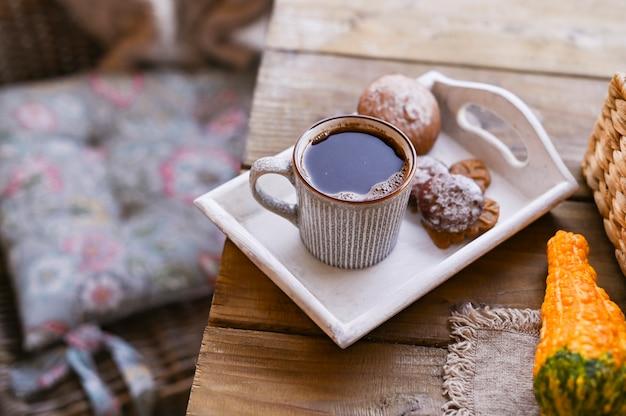 Autunno e inverno casa ancora in vita. vista dall'alto il concetto di atmosfera domestica e arredamento. biscotti da tavola in legno con cannella.
