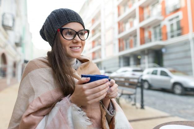 Autunno inverno ritratto di donna con cappello, con coppa
