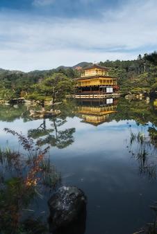 Autunno kinkakuji temple a kyoto