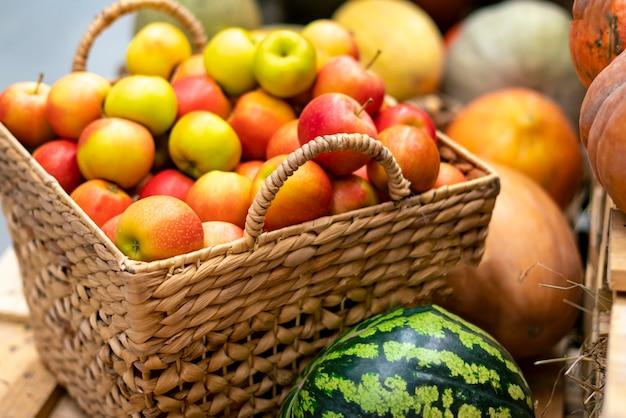 Autunno raccolto fresco crudo mix di frutta e verdura