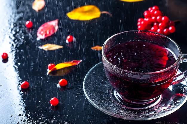 Autunno romantico tazza di tè con foglie