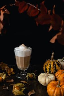 Autunno stagione accogliente cappuccino, latte con zucche, foglie di autunno