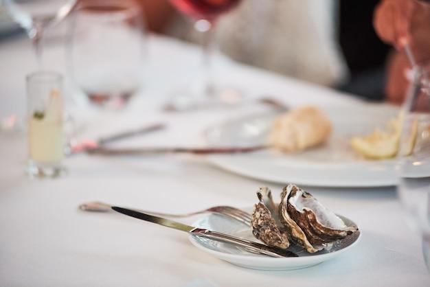 Avanzi di ostrica sul piatto in un ristorante.
