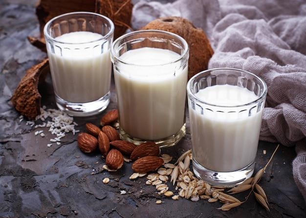Avena, latte di cocco e mandorle. bevanda vegana non casearia
