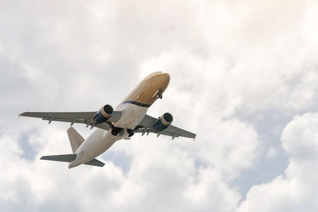 Aviazione, viaggi, concetto di trasporto aereo. passeggeri aereo commerciale o business jet che volano tra le nuvole.
