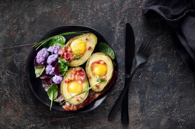 Avocado al forno con uovo e pancetta