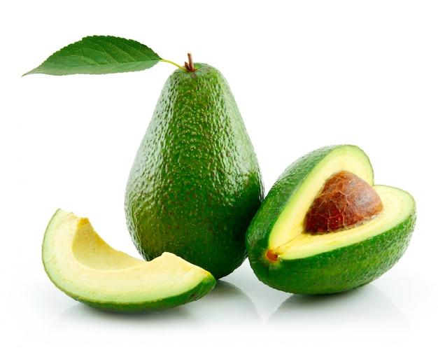Avocado maturo con foglia verde isolato su bianco
