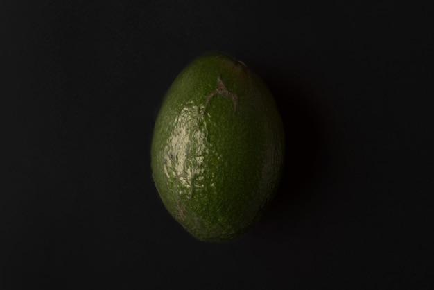 Avocado maturo isolato sopra il nero
