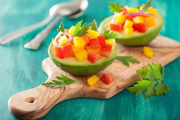 Avocado ripieni di insalata di peperoni e pomodoro