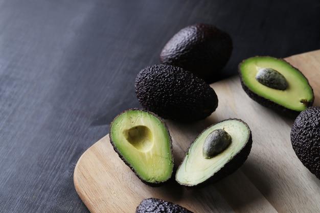 Avocado verdi sul tagliere