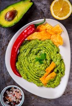 Avocado, verdura guacamole è una salsa tradizionale messicana